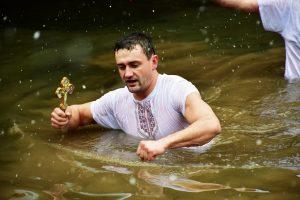 37-годишният Тихомир Митов спаси Богоявленския кръст във Враца