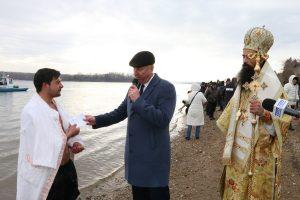 26-годишният Богдан Георгиев извади кръста от ледените води на Дунав във Видин