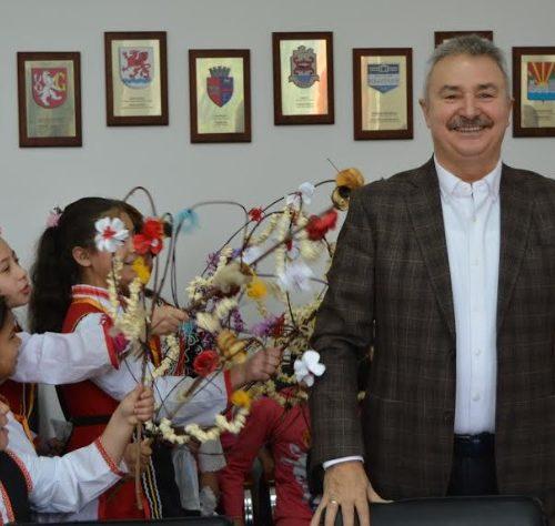 Малки сурвакари посрещна кметът на Монтана за Василица