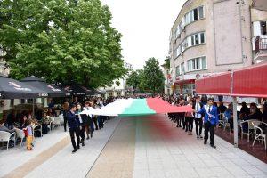 За 24-май във Враца развяха 25 метрово знаме