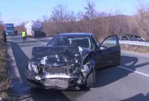 Трима пострадали при челен сблъсък на пътя