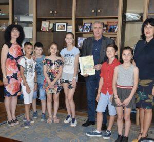 Ученици подариха  есетата си на кмета на Община Видин