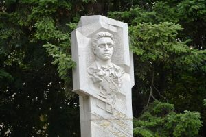 Враца ще отбележи 182-та годишнина от рождението на Апостола на свободата – Васил Левски, деца плетат гирлянда от цветя