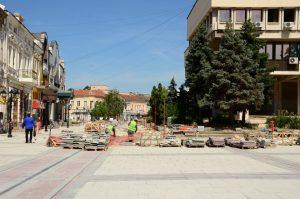 Огнян Ценков провери  ремонтните дейности на Драматичния театър и централната пешеходна зона