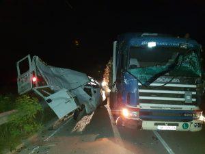 Необозначена каруца предизвикала тежка катастрофа: Бус се вряза в ТИР във Врачанско