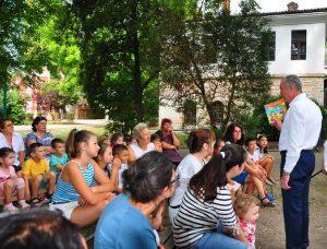 Видинският кмет чете приказка на децата пред Библиопощата