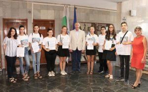 Огнян Ценков връчи благодарствен адрес на доброволците за помощта им по време на оперния фестивал