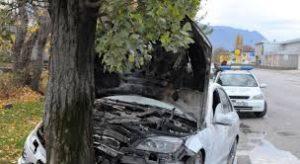 Кола се заби в дърво, шофьорът е в болница