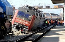 Влак дерайлира след сблъсък с камион между гарите Левски – Троян
