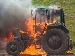 Пожар унищожил два трактора и селскостопански инвентар