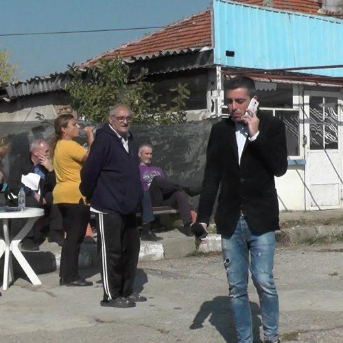 Предизборни страсти? Бутат незаконни постройки в Дунавци, собствениците твърдят, че става въпрос за репресия (видео)