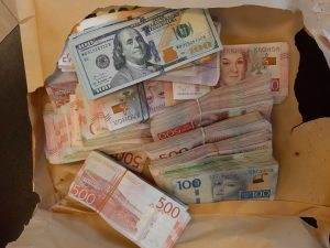 Митничари откриха недекларирани шведски крони, евро и долари