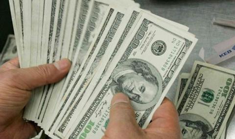 Митничари откриха контрабандни щатски долари и евро в куфар на пътник