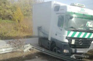 Турски тир помете двама души и лек автомобил на пътя, край Видин