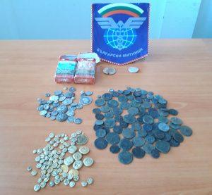Спипаха турски тираджия със старинни монети и византийски печати укрити в цигарени кутии