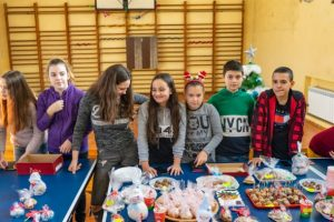 Ученици подредиха благотворителен базар в Мездра в подкрепа на талантливи деца