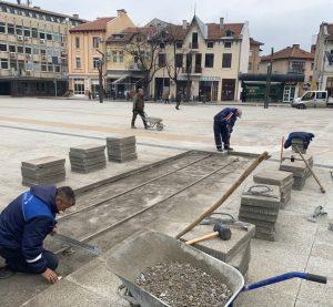 """Ремонтират компрометиран участък от настилката на площад """"Христо Ботев"""" във Враца (Снимки)"""