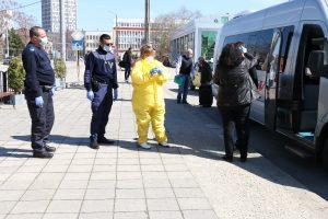 Медицински специалисти от Община Видин проверяват пътници за симптоми на коронавирус (СНИМКИ)