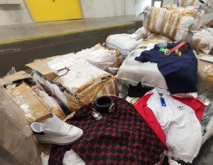 Откриха над 100 000 защитни маски в камион със спортни дрехи, чанти и обувки