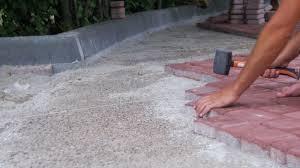 Заловиха крадец на тротоарни плочки в Лом
