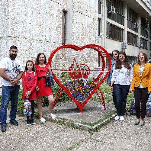 Във Видин поставиха метално сърце за съхранение на пластмасови капачки (Снимки)