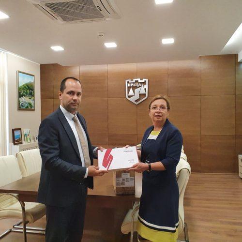 Зорница Русинова с дарение за децата от социалните услуги във Враца