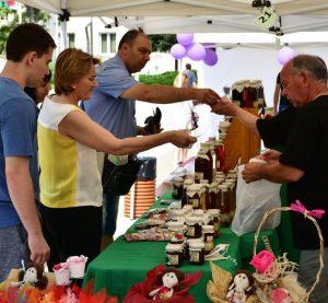 Екологични продукти на производители от страната са част от първия фермерски пазар във Враца (Снимки)