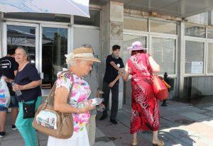 Община Видин раздава минерална вода на гражданите в горещото време (Снимки)