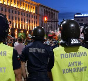 Замервания с домати и яйца по сградата на МС на снощния протест в столицата