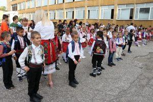 """Първокласниците от видинското училище """"П.Р.Славейков"""" посрещнаха първия учебен ден в национални носии (Снимки)"""