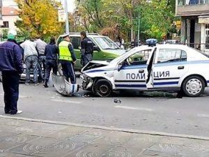 Неправоспособен водач се заби в патрулка във Врачанско