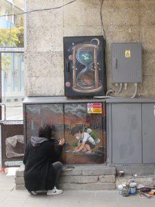 Млада художничка рисува с графити с възпитателна цел електрическите табла в Белоградчик