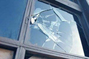 Изпотрошха стъкла на къща в Грамада